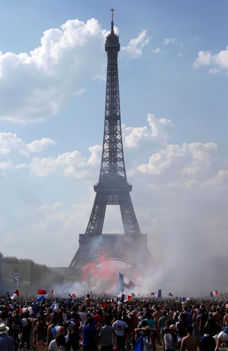 Không khí dưới chân tháp Eiffel. Ảnh: AP.