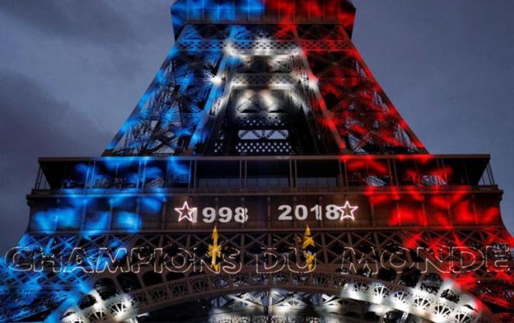 Đèn ở tháp Eiffel đổi thành xanh, trắng và đỏ (màu cờ Pháp) để vinh danh chiến thắng của thầy trò HLV Didier Deschamps. Ảnh: Reuters.