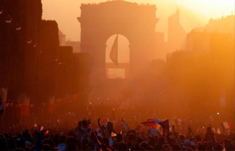 Bầu không khí tại Paris khi mặt trời lặn. Ảnh: AP.