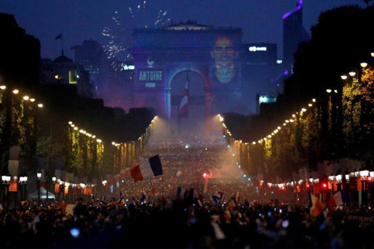 Hình ảnh tiền đạo Antoine Griezmann xuất hiện trên Khải Hoàn Môn ở Paris.