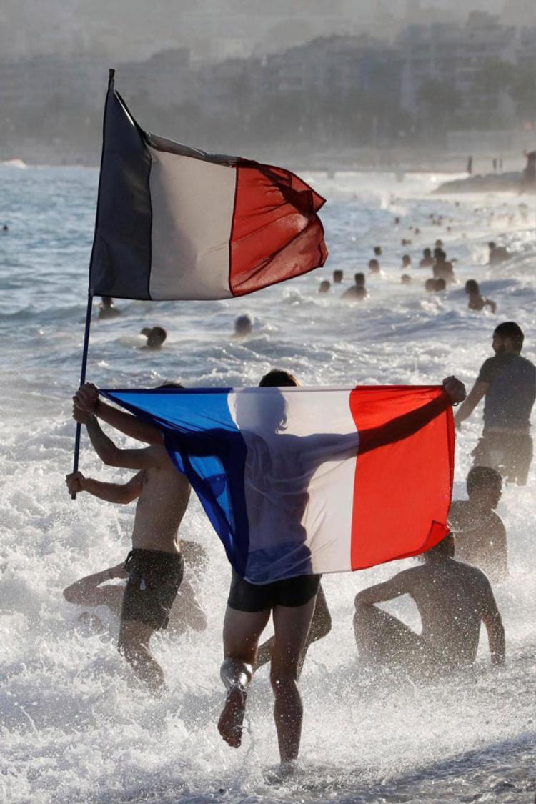 Một số người dân Pháp chọn cách ăn mừng trên bãi biển. Ảnh: Reuters.