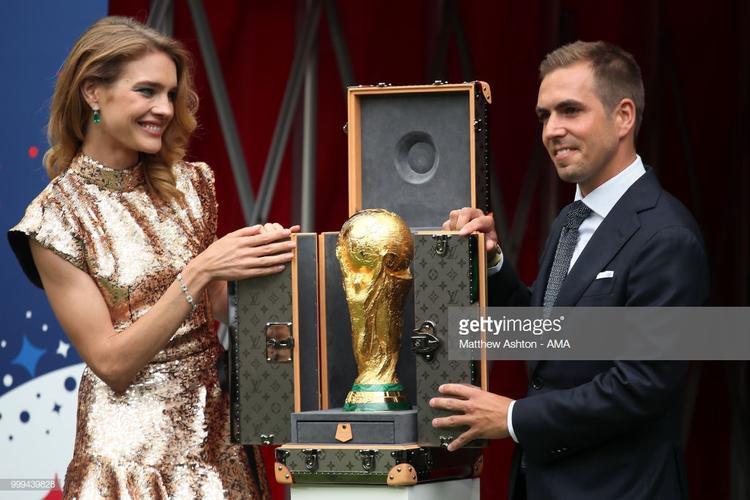 …bởi vẻ sang chảnh, các đường nét tinh xảo tột bậc được nhà mốt Louis Vuitton thiết kế riêng để đặt chiếc cupWorld Cup năm nay.