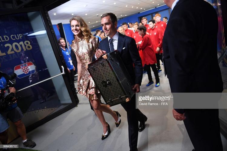 Khoảnh khắc chiếc vali được đem ra sân đã khiến giới mộ điệu thời trang nín thở…