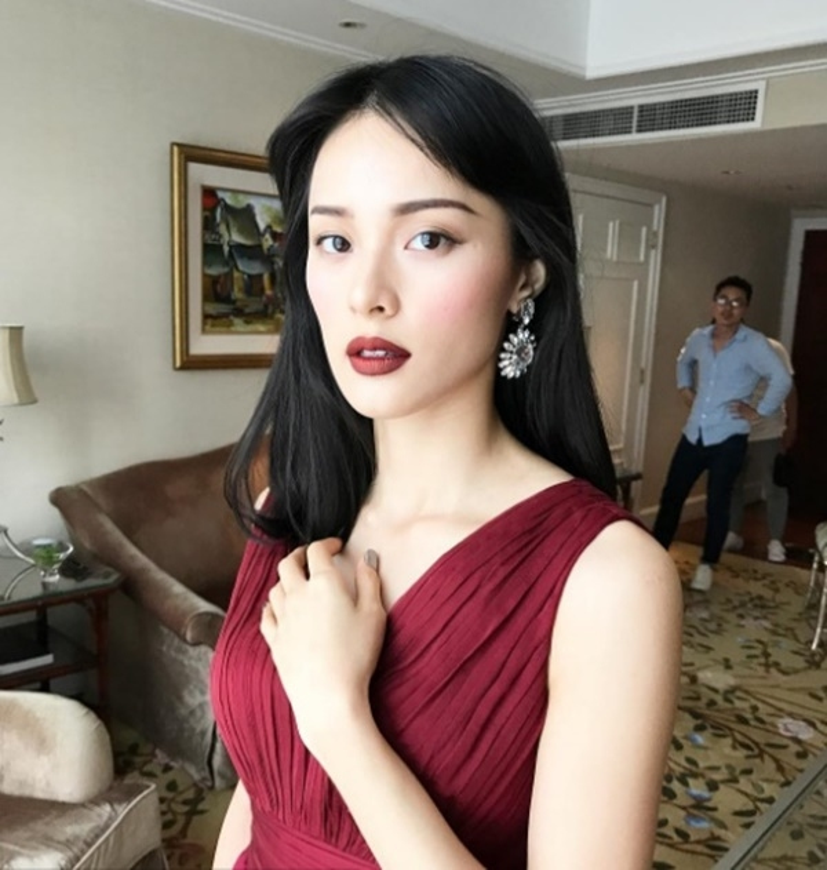 Son môi cùng chiếc váy màu đỏ trầm kết hợp với mái tóc bổ luống màu đen làm Hạ Vi gầy hốc hác