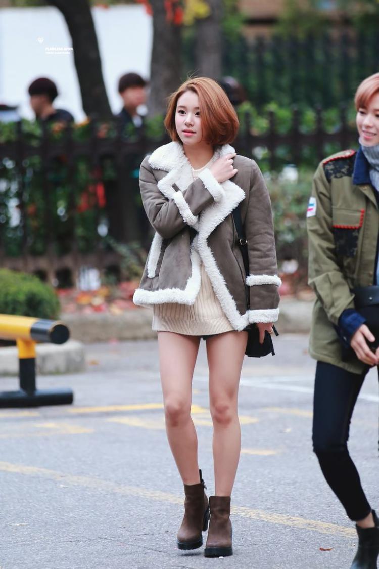 Hình ảnh Chaeyoung (TWICE) đến đài truyền hình làm fan giật mình vì tưởng cô nàng không mặc quần.