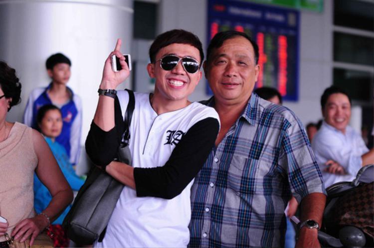 Trấn Thành được bố đón tại sân bay sau chuyến lưu diễn nước ngoài.
