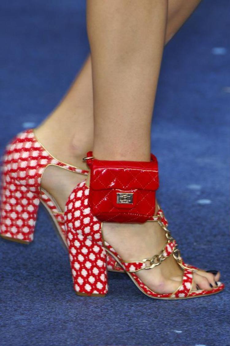 Tuy nhiên, đây mới là món phụ kiện xuất hiện trên chân của Kendall Jenner, mẫu mini bag với chất liệu da và điểm nhấn khóa vàng.