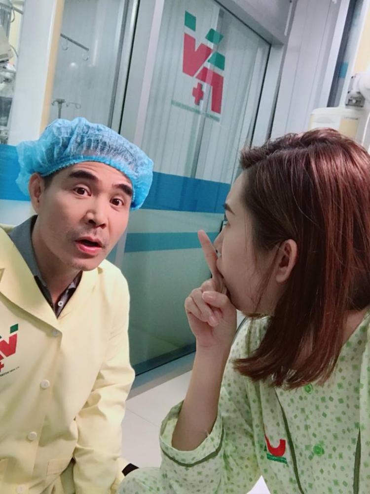 Ở một số bức ảnh hậu trường khác, khán giả tinh ý nhận ra có vẻ cả hai sẽ có màn làm lành với nhau trong bệnh viện.