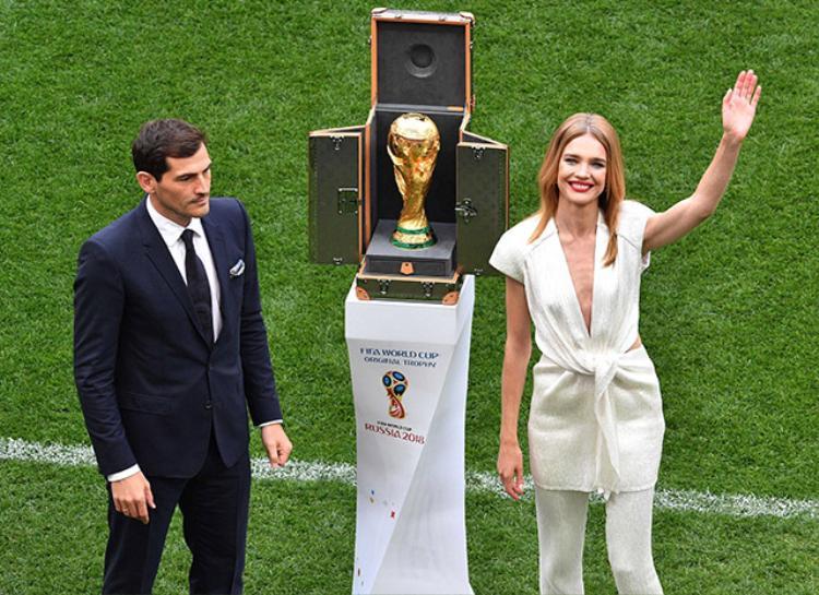 Trước đó cô cũng vinh dự được rước chiếc cúp vàng danh giá trong đêm khai mạc World cup 2018. Khi đó người đẹp chọn một thiết kế tông trắng thanh lịch với những khoảng hở được cắt xẻ táo bạo.