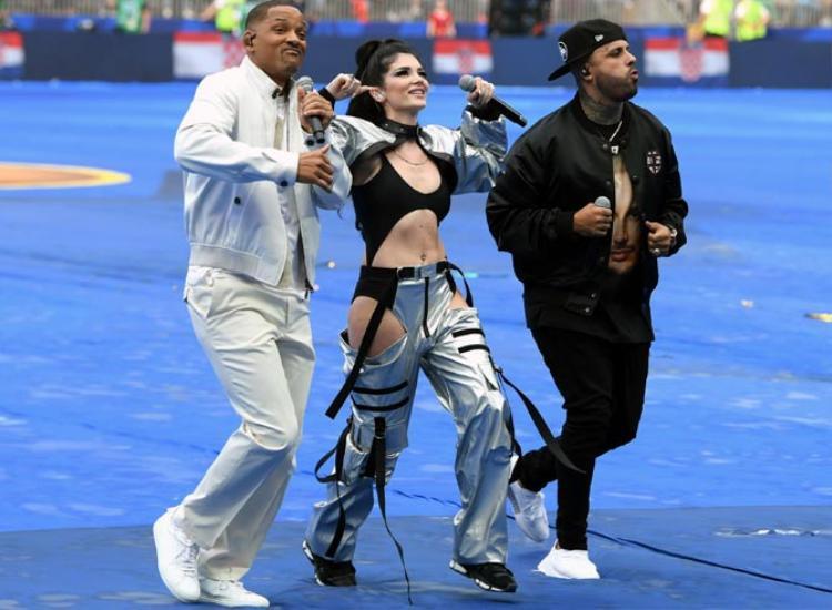 Ca sĩ Era Istrefi hát bế mặc World Cup 2018 bị chỉ trích vì mặc quần như không