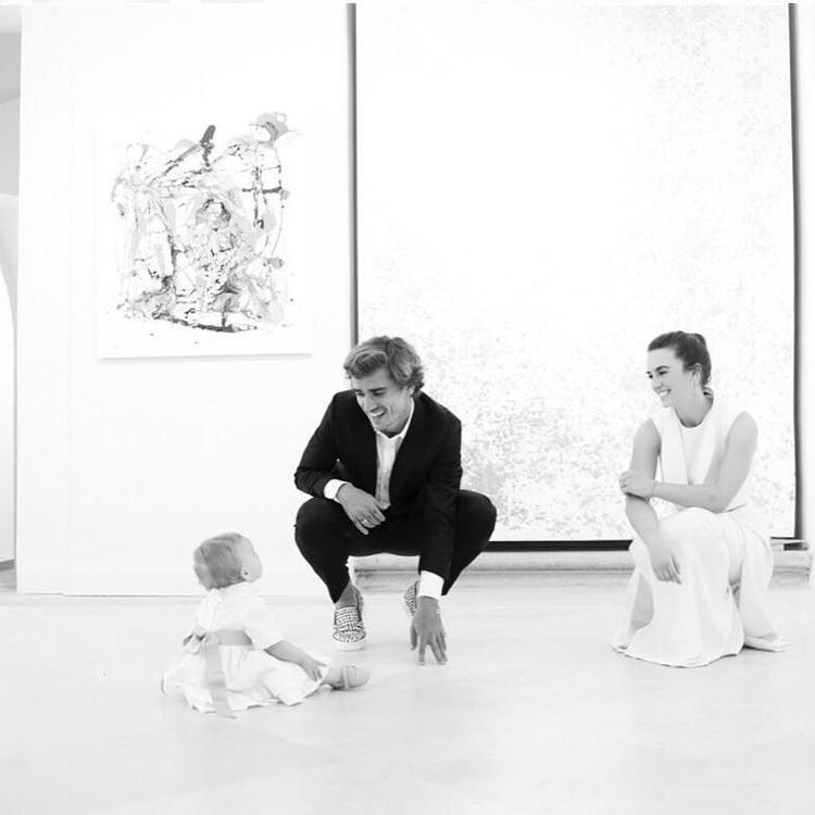 Trên trang cá nhân Instagram,Griezmann thường xuyên đăng tải hình ảnh của cô con gái đầu lòng.