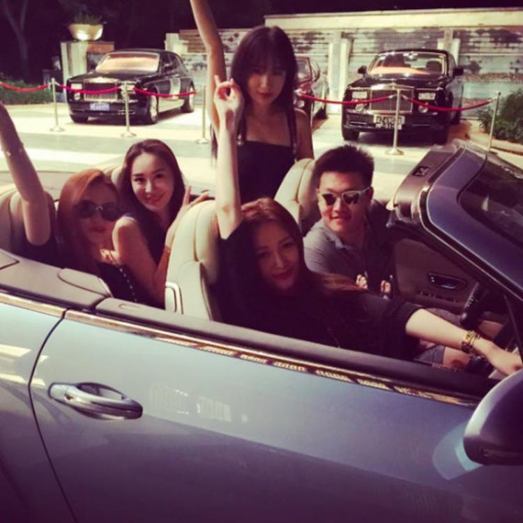 """Jiguang Yang và chiếc xe """"trẻ con"""" của mình."""