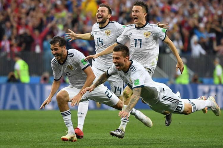 Các cầu thủ Aleksandr Erokhin, Vladimir Granat, Fedor Smolov của ĐT Nga ăn mừng việc đánh bại Tây Ban Nha trên loạt sút penalty cân não.