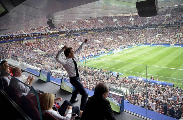 Tổng thống Emmanuel Macron ăn mừng việc Pháp vượt qua Croatia để lên ngôi vô địch World Cup 2018.