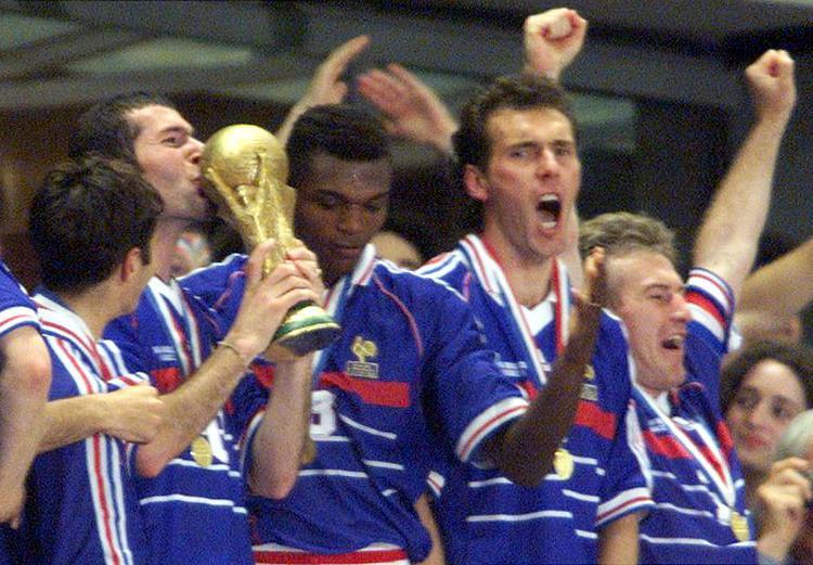 Zidane đưa Pháp đến ngôi vô địch World Cup 1998 với cú đúp vào lưới Brazil.