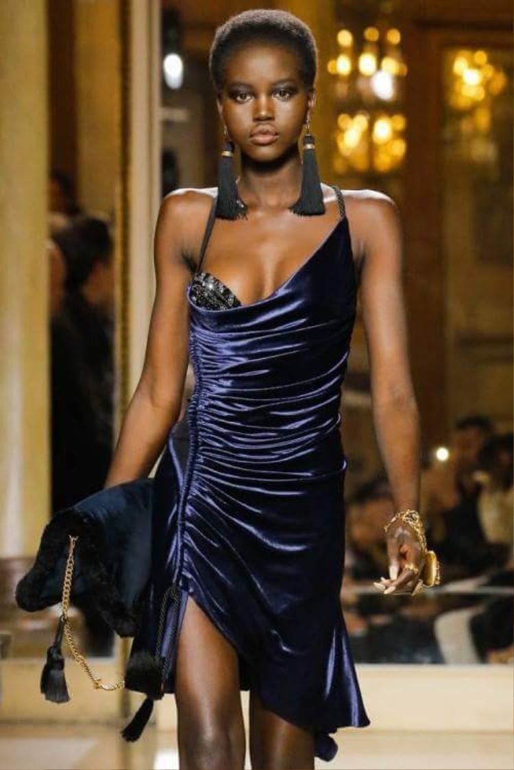 Chiếc váy này của thương hiệu Versace, vừa được trình làng từ hồi tháng 1/2018