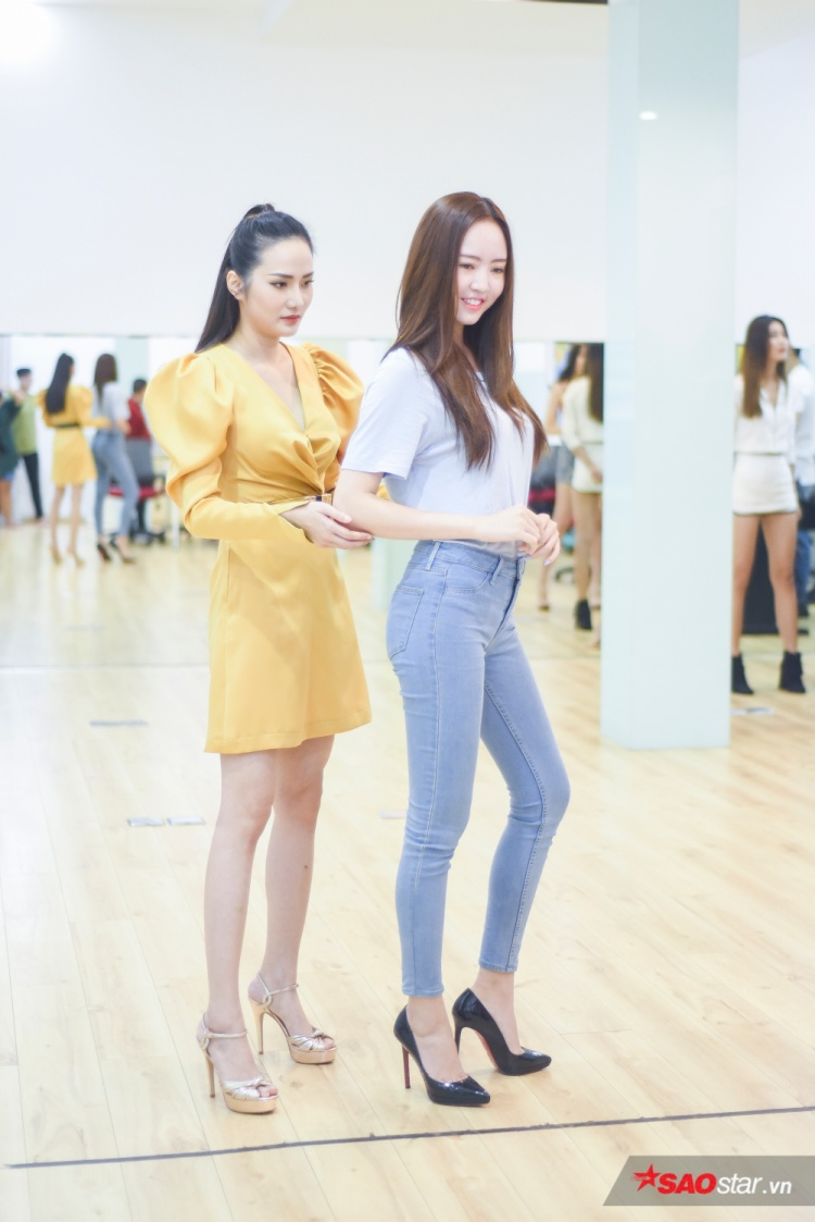 Trong buổi huấn luyện này, người đẹp tập trung rèn luyện về kỹ năng trình diễn áo dài, cách đi đứng, đặt tay sao cho thật dịu dàng, nền nã.