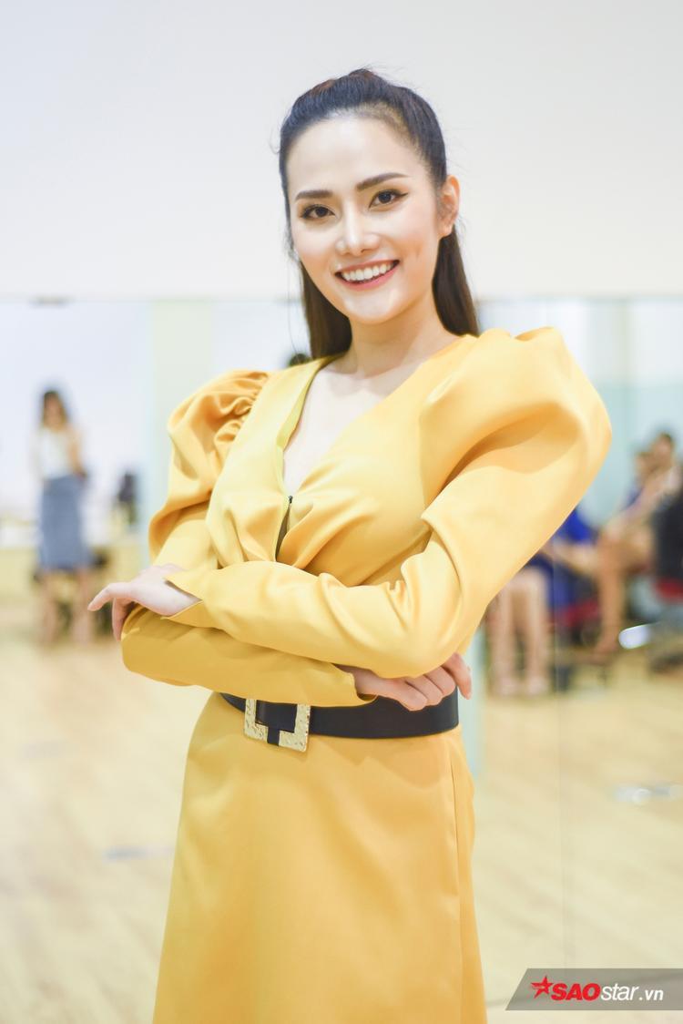 Người đẹp diện một chiếc váy vàng có chi tiết vai bồng, kết hợp cùng lối trang điểm cùng tông.