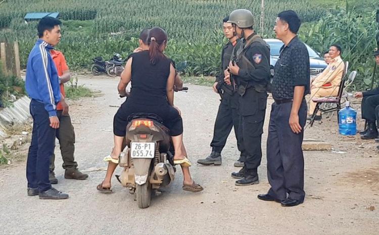 Lực lượng an ninh kiểm soát người ra vào bả Tà Dê trong 3 ngày đột kích. Ảnh: H A.