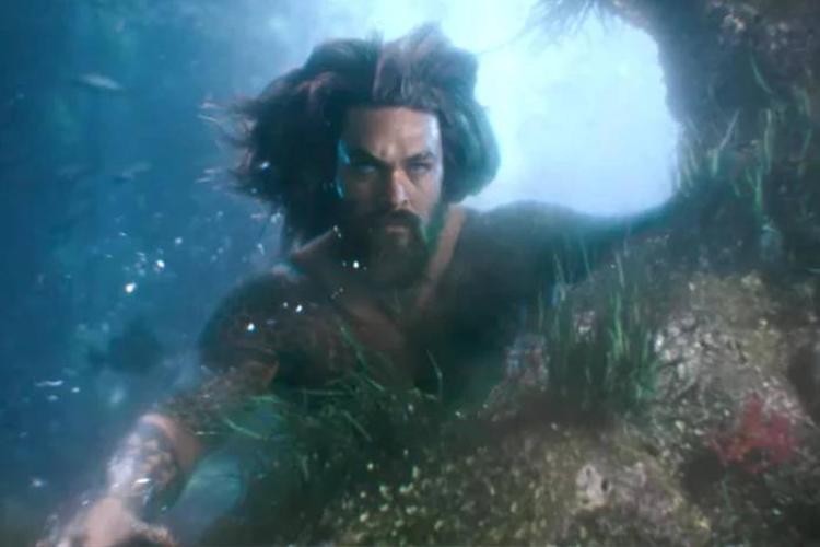 Aquaman chỉ huy đàn cá mập hung dữ trong poster chính thức đầu tiên