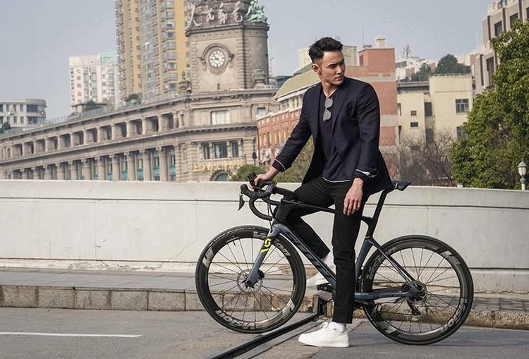 Đạp xe cũng phải lịch lãm chuẩn khí chất thái tử. Kinh Thiên đã thay giày tây và áo sơ mi bằng sneaker trắng cùng áo thun mặc trong để tổng thể trẻ trung, năng động hơn.