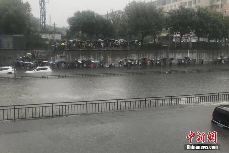 Nơi bị ảnh hưởng nặng nề nhất do mưa lớn, ngập lụt là quận Mật Vân, phía đông thành phố Bắc Kinh. Tại đây, những con đường đã biến thành sông, các phương tiện ngập lụt và rất khó di chuyển.