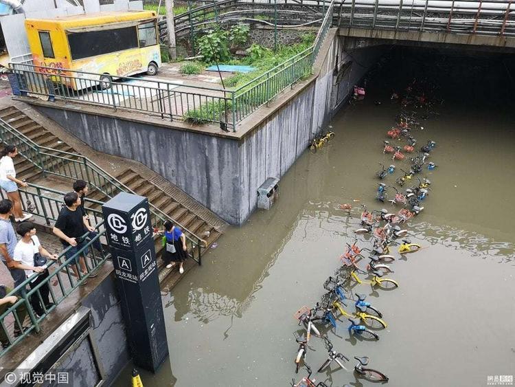 Vào đêm 15/7, Cơ quan khí tượng thành phố Bắc Kinh ban hành cảnh báo màu xanh khi mưa lớn khiến 1/4 thành phố ngập lụt. Tính tới thời điểm hiện tại, lượng mưa đã đạt mức cao nhất trong năm và dự kiến sẽ kéo dài tới ngày 18/7.