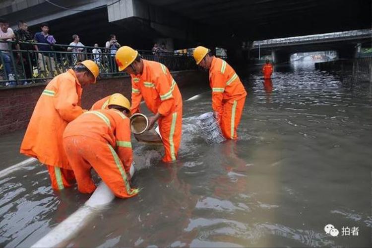 Trước tình hình này, đội cứu hộ đã làm việc cật lực không quản ngày đêm để đặt máy bơm, thoát nước ra khỏi thành phố.