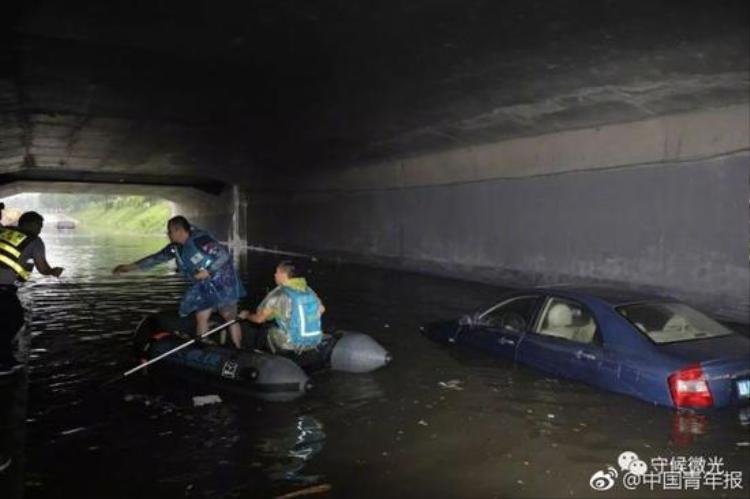Đội cứu hộ phải dùng thuyền để di chuyển, cứu hộ những người bị mắc kẹt trên đường do ngập lụt.