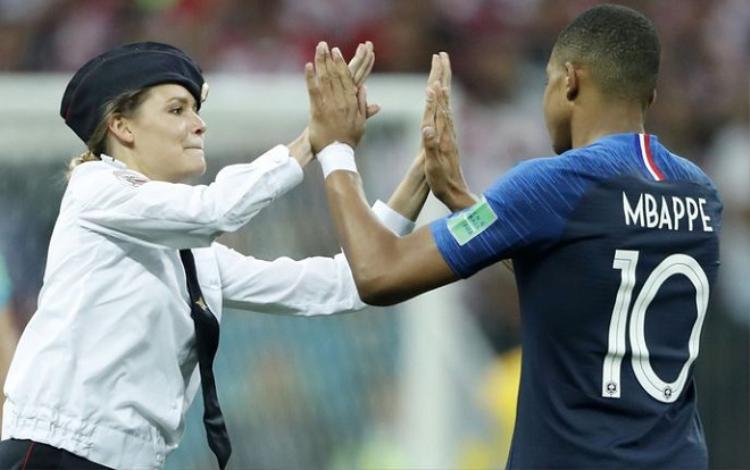 Nữ cổ động viên đập tay với Mbappe. Ảnh: Skynews.