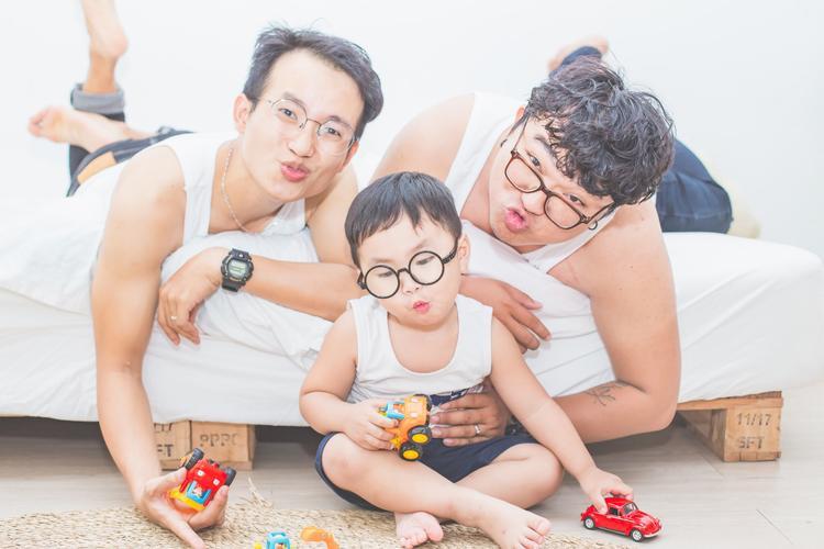 Bộ ảnh gia đình vừa nhìn là thấy vui của cặp đôi đồng tính nam Sài Gòn