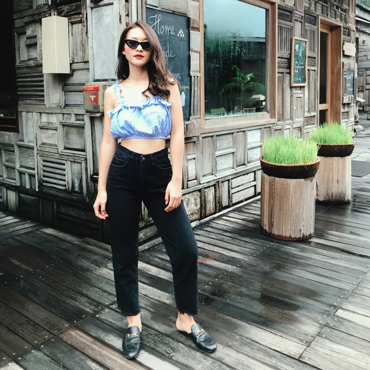Khánh Ngân The Face vi vu Côn Đảo cùng set đồ gồm áo croptop và jeans rách gấu, mix cùng dép Gucci.