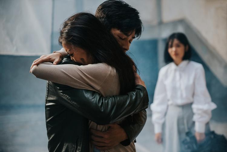 """Nhưng đến cuối cùng, cả ba câu chuyện này đều không có cái kết hạnh phúc, để lại nhiều tiếc nuối cho người xem. Đúng như câu hỏi cuối MV """"Người bạn thương có thương bạn không?"""" chứa đựng sự day dứt và cô đơn."""