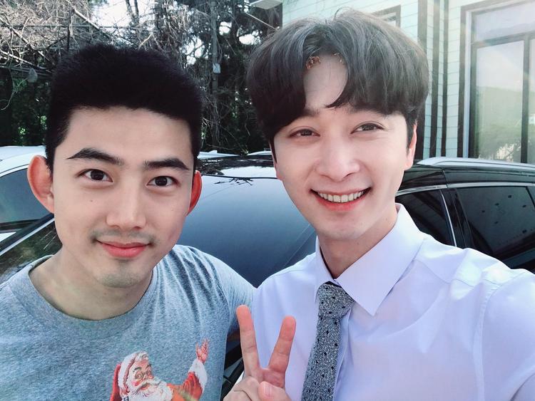 Được nghỉ phép, Taecyeon (2PM) đến phim trường Thư ký Kim thăm Chansung