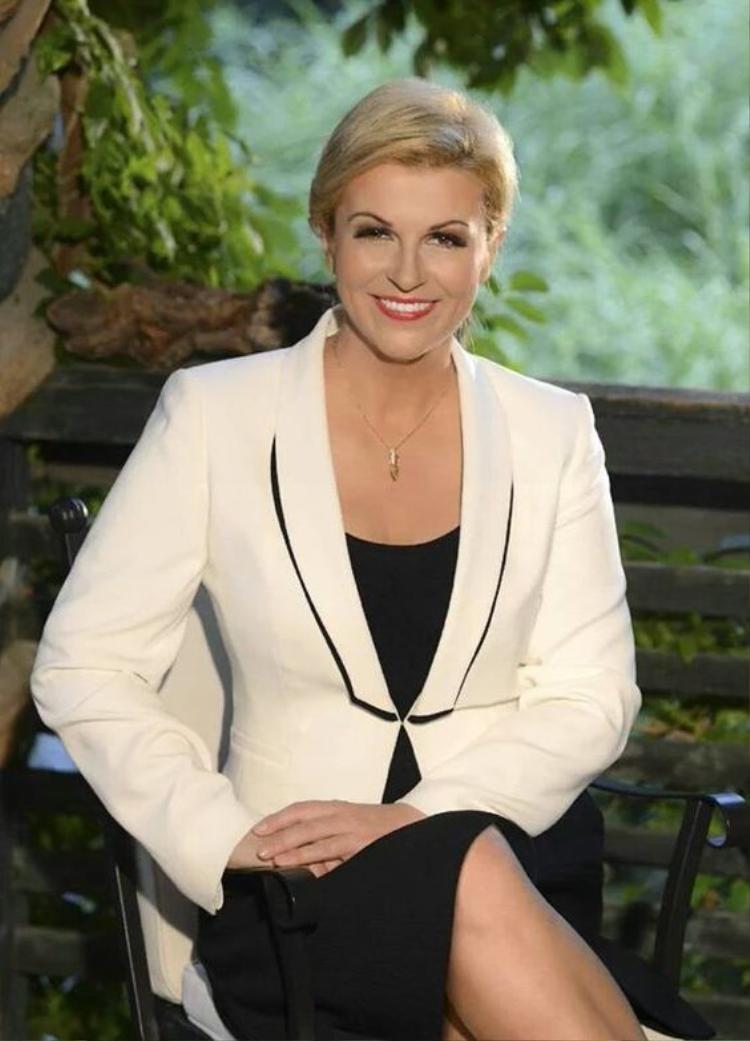 Nữ tổng thống sang trọng với đầm đen và khoác 1 chiếc vest trắng có phần cổ được nhấn nhá khoác bên ngoài.