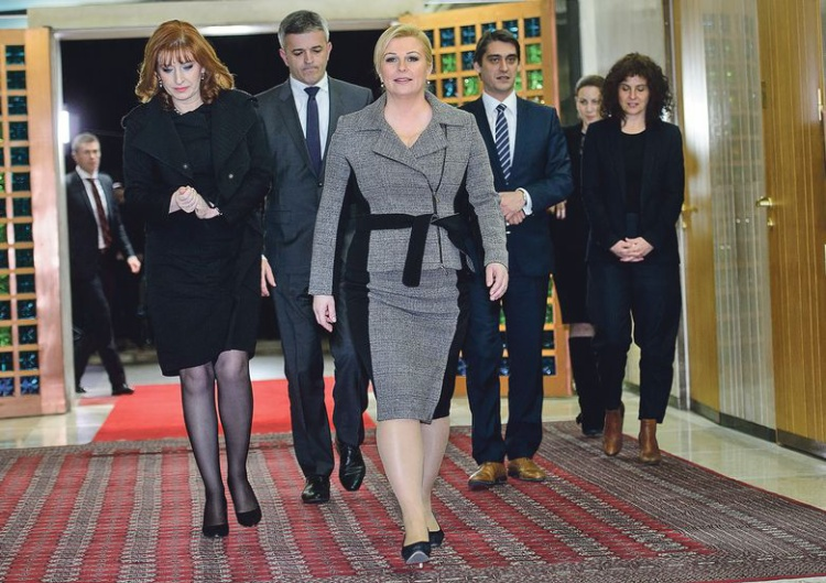 Không chỉ khiến thế giới phát cuồng vì tính cách dễ thương, nữ Tổng thống Croatia còn làm say lòng phái đẹp với gu ăn mặc tinh tế