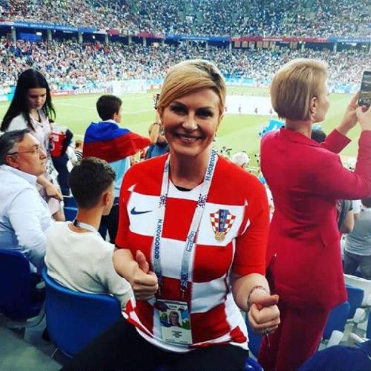 Hình ảnh giản dị của nữ tổng thống với quần jean, áo phông mang màu quốc kì khi xem đội tuyển thi đấu trên hàng ghế khán giả thông thường khiến nhiều người thích thú.