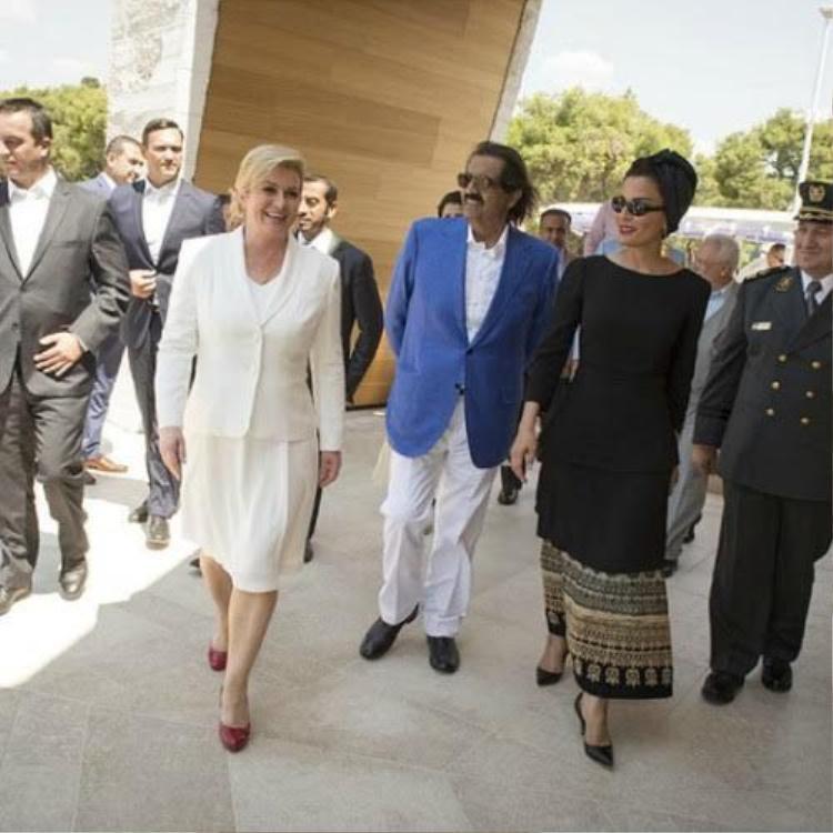 Cả set đồ trắng trang trọng được nữ tổng thống khéo léo nhấn nhá với đôi giày màu đỏ đô khiến tổng thể thú vị hơn và không nhàm chán.
