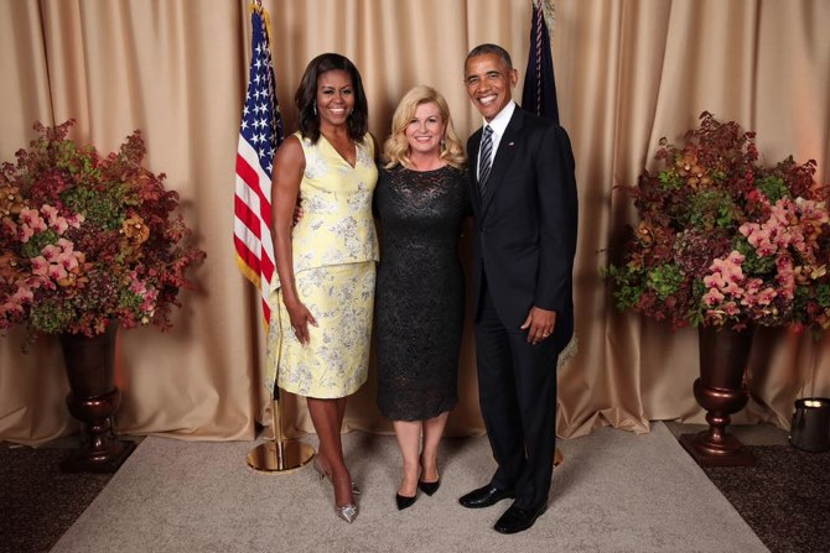 Bà Kolinda diện 1 chiếc váy ren ôm dài qua gối tôn các đường cong cơ thể khi hội ngộ cùng vợ chồng tổng thống Obama.