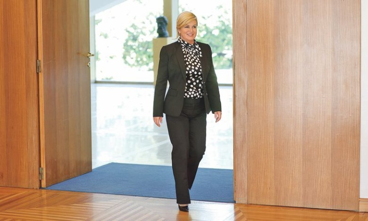 Khi mặc suite, nữ tổng thống cũng khéo léo chọn áo chấm bi trendy với phần cổ biến tấu thay vì sơ mi basic cổ điển thông thường.