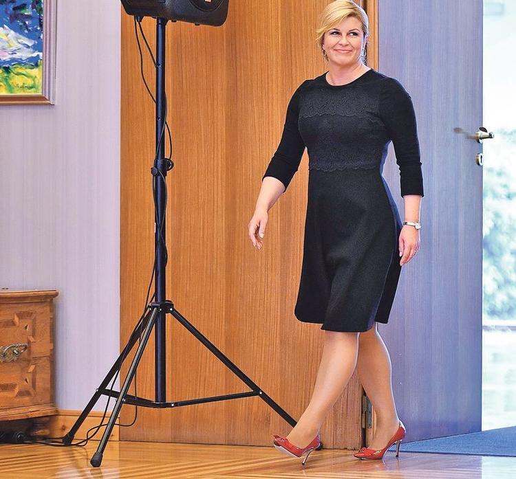 Có dáng người hơi đậm nên bà Kolinda Graba thường chọn trang phục có sắc tối để tạo hiệu ứng thị giác giúp cơ thể trông thon gọn hơn.