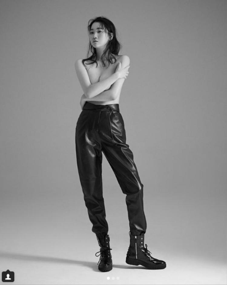 """Thậm chí người đẹp của phim """"Chạy đâu cho thoát"""" còn mạnh dạn chụp ảnh bán nude. Theo đó, một số người lại tỏ vẻ không thích, chỉ trích phong cách này của cô nàng 37 tuổi. Một số trang báo vội xóa bức ảnh, hiện tại nó chỉ tồn tại trên tài khoản instagram cá nhân của Jang Yoon Joo."""