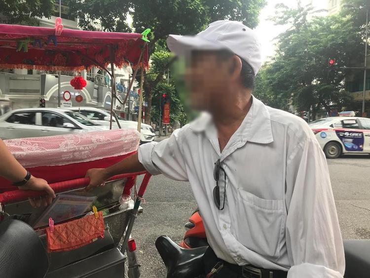 Ông Hoàng vốn thân thiết với tài xế xích lô bị tố nên khi nghe tin ông rất bất ngờ.
