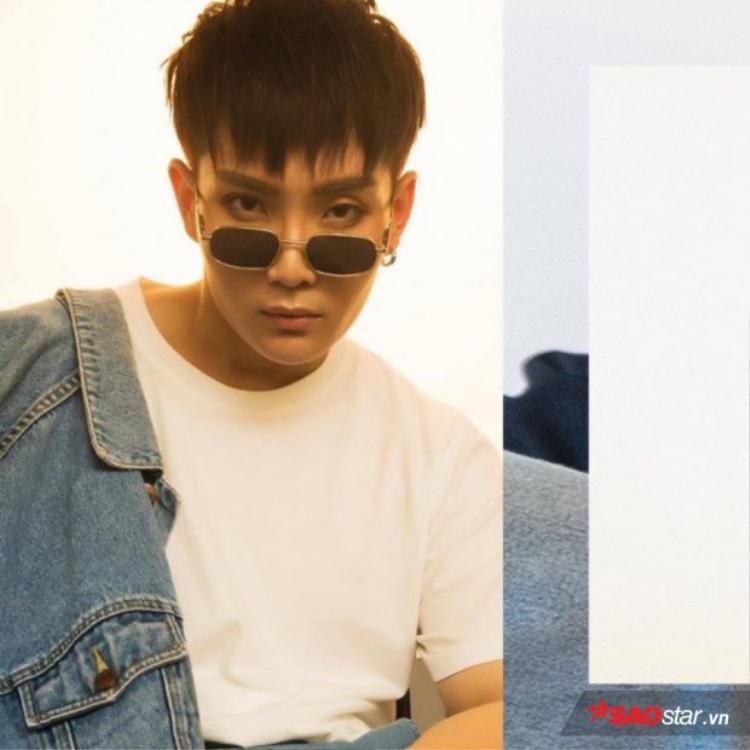 Thành viên thứ 4 có tên thật là Phạm Tiến Đạt, nghệ danh - J và anh chàng đảm nhận vai trò hát chính trong nhóm.