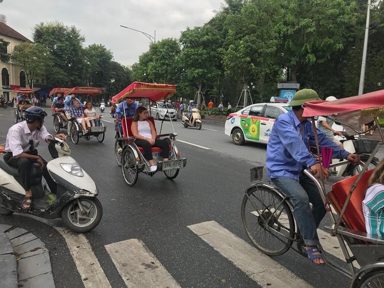 Khu vực bờ hồ Hoàn Kiếm rất nhiều xe xích lô phục vụ du khách.
