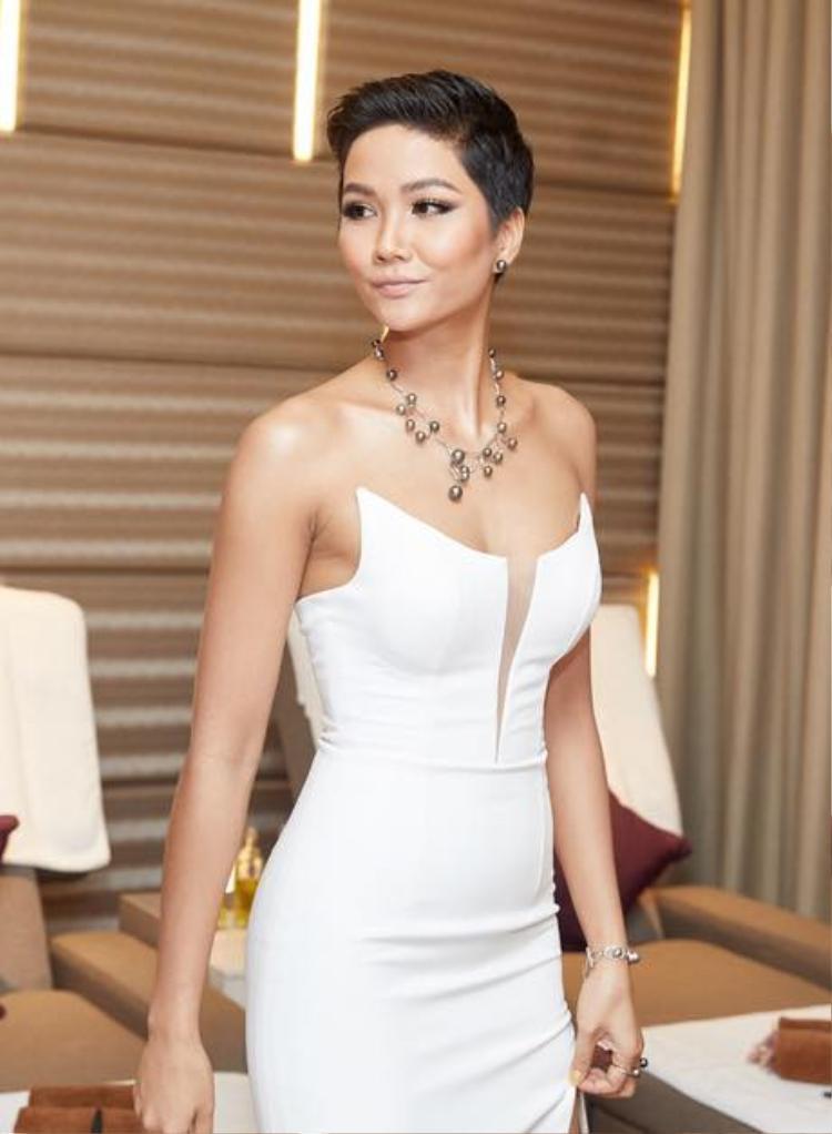 Gần đây, hoa hậu tóc ngắn tăng cân nên thêm phần gợi cảm. Cô trung thành với lối trang điểm tông nude.