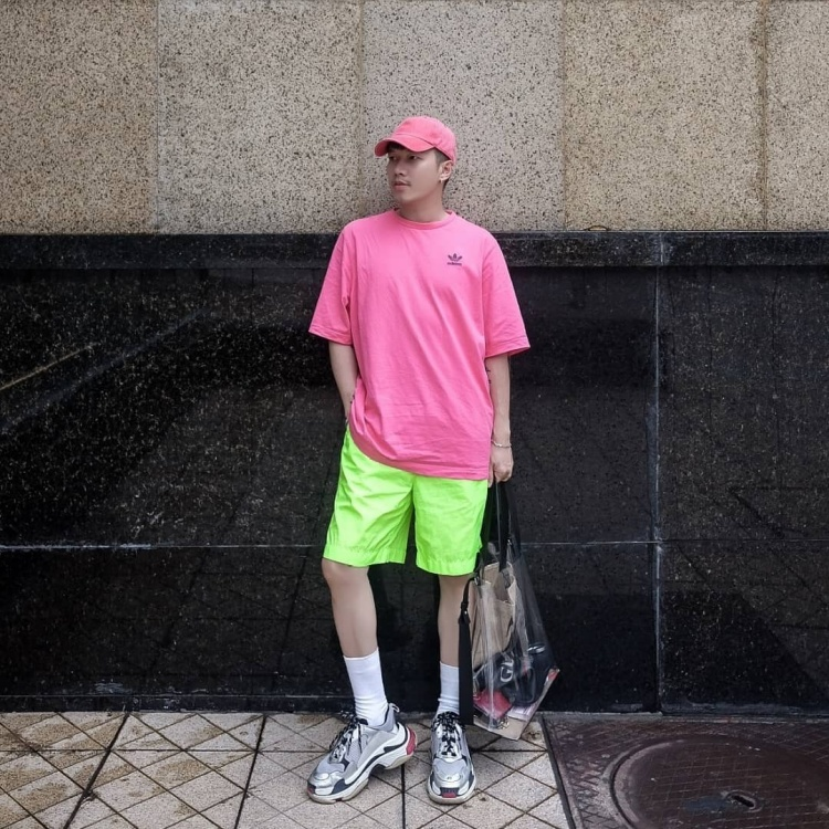Ai bảo con trai thì không thể mặc đồ nổi, outfit này của stylist Lê Minh Ngọc đã hoàn toàn chứng minh điều ngược lại.