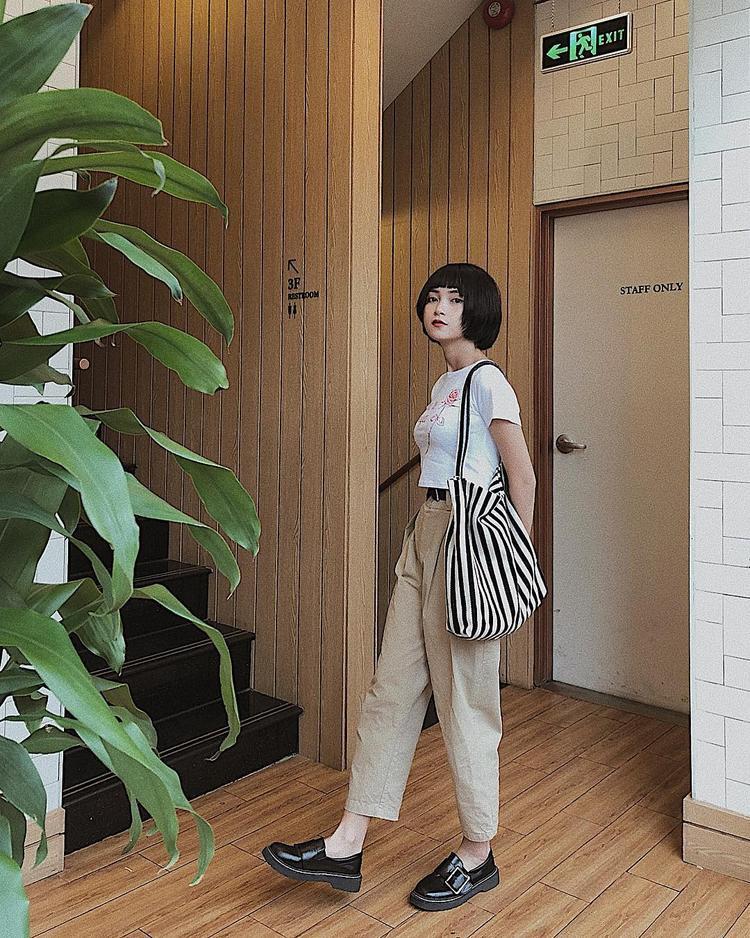 Chẳng cần trưng trổ hàng hiệu, hot girl Mai Kỳ Hân vẫn cực kỳ nổi bật với cây đồ trung tính cùng chiếc túi tote bag làm điểm nhấn.