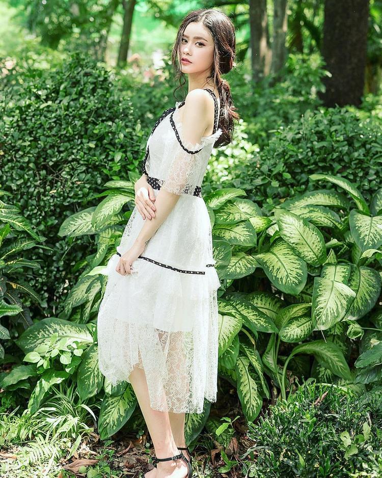 """Gạt bỏ nỗi buồn tình cảm, """"mẹ một con"""" Trương Quỳnh Anh tự tin thả dáng cùng váy trắng xòe bồng, đem đến vẻ ngoài trẻ trung chẳng khác thiếu nữ 18."""