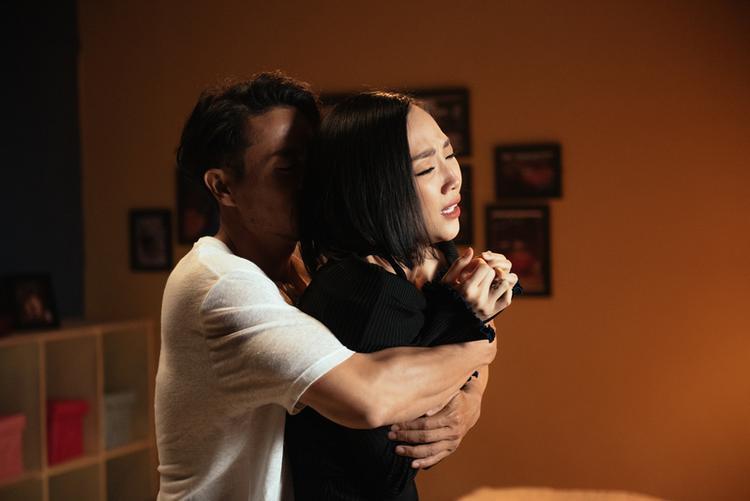 Ngoài ra, lần đầu tiên khán giả được dịp chứng kiến một Tóc Tiên yêu cuồng nhiệt và sẵn sàng rơi nước mắt trong MV. Với lần trở lại này, cô tiết lộ bản thân muốn đem lại cho khán giả một hình tượng trưởng thành hơn, sâu lắng hơn.